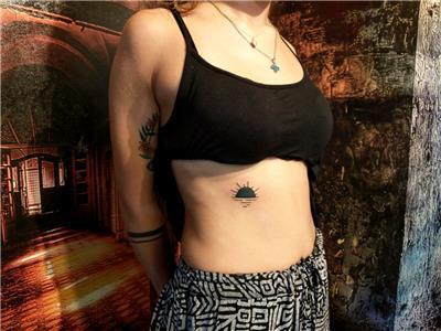 el-cizimi-old-school-siyah-gunes-dovmesi---hand-drawn-old-school-bold-line-black-sun-tattoo