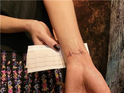 ekg-elektrokardiyogram--gercek-kalp-ritmi-dovmesi---ekg-heart-beat-tattoo