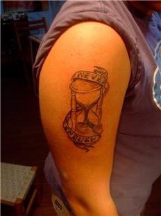 Kum Saati ve Zaman Asla Yetmez Yazı Dövmesi / Sand Watch Time Never Enough Tattoo