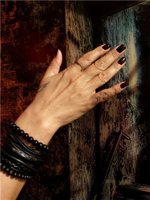 parmak-uzerine-oklar-minimal-dovmeler---finger-double-arrow-minimal-tattoos
