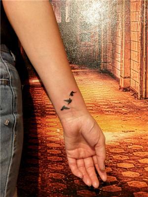 bilekte-ucan-kuslar-dovmesi---flying-birds-tattoo