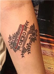 Kaset ve Çiçekler Dövmesi / Cassette Tape and Flowers Tattoo