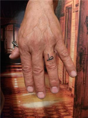 parmaga-osmanlica-t-harfi-dovmesi---ottoman-letter-tattoo-on-finger