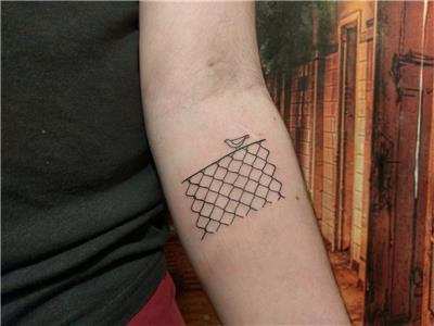tel-orgu-uzerindeki-kus-dovmesi---chain-link-fence-bird-tattoo