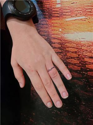 parmak-uzerine-alyans-isim-dovmesi-kasim---finger-name-tattoo