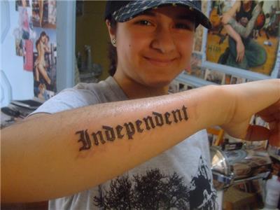 bagimsiz-ozgurluk-yazi-dovmesi---independent-tattoo