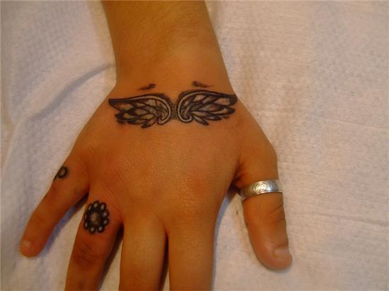 el-uzerine-kanat-dovmesi-ile-isim-dovmesi-kapatma-calismasi---cover-up-tattoo